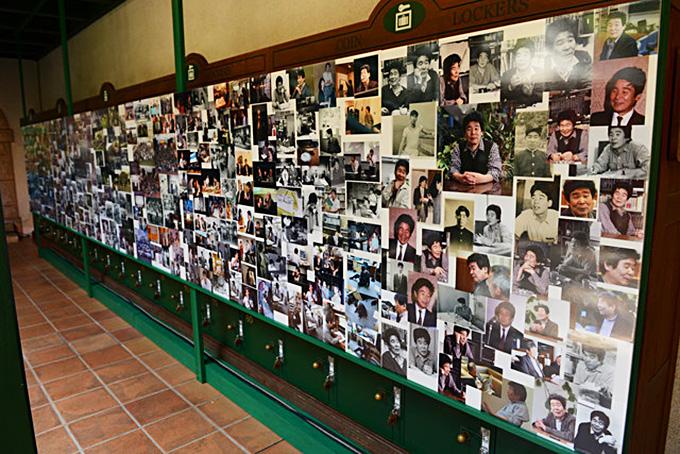 Muro de imágenes que recuerdan su trayectoria.